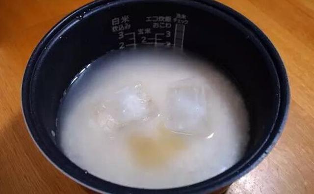 Nhiều người Nhật còn có thói quen bỏ thêm một muỗng cà phê mật ong vào nồi cơm, cùng với hai viên đá lạnh. (Ảnh: Internet)
