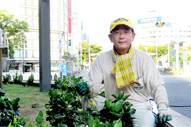 Sau khi rút khỏi Coco Ichibanya, ông Tokuji thường xuyên đi dọn dẹp đường phố tại Nagoya. Ảnh: neikei.