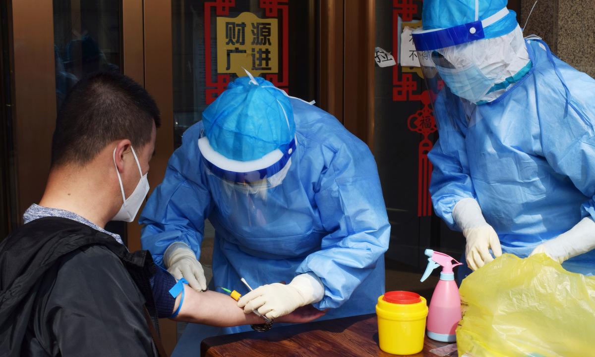Người dân xét nghiệm nCoV tại tỉnh Hắc Long Giang hồi giữa tháng 4. Ảnh: Reuters.