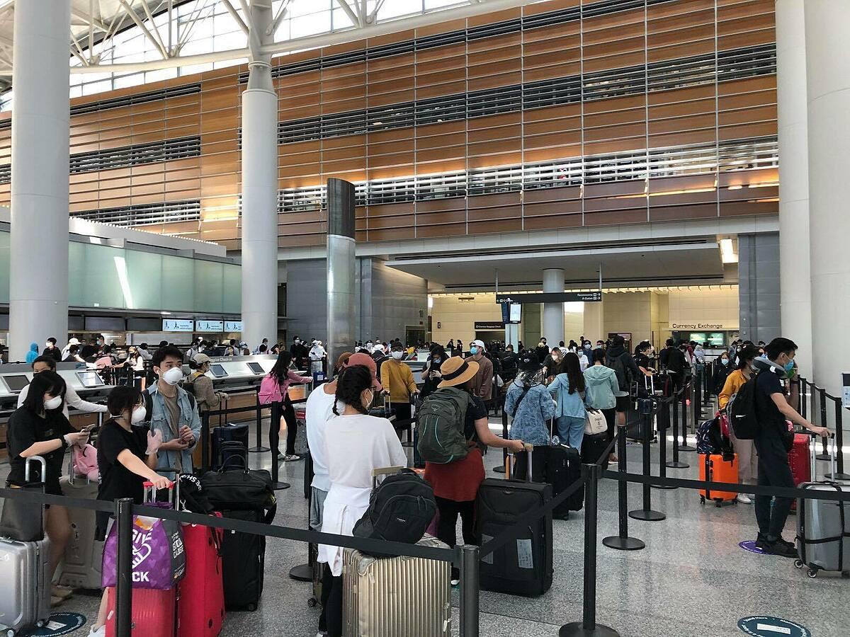 Công dân Việt Nam xếp hàng ở sân bay San Francisco trước khi lên máy bay về nước. Ảnh: Bộ Ngoại giao