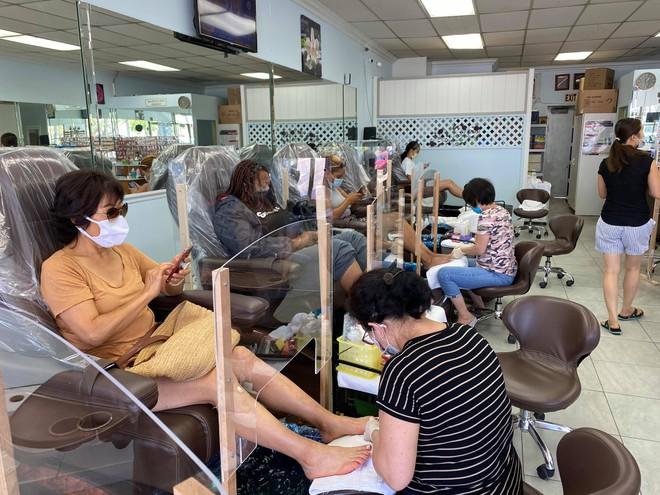 Trước khi bang California đóng cửa trở lại các tiệm nail, tóc, massage.... ứng phó dịch Covid-19, nhiều người tranh thủ đi làm đẹp /// Ảnh: Trương Đông Thức