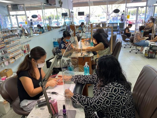 Việt kiều Mỹ: Tiệm nail California ùn ùn khách khi Thống đốc lệnh đóng cửa trở lại - ảnh 1