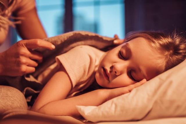 Nhà tâm lý học chia sẻ 7 lời khuyên giúp trẻ nhỏ ngủ một mình - 1