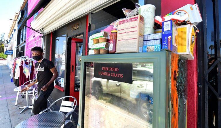 Tủ lạnh chứa thực phẩm miễn phí bên ngoài một quán cafe ở Los Angeles. Ảnh: AFP
