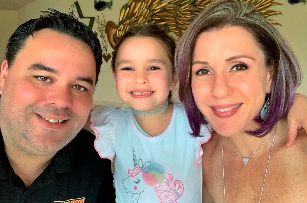 John Place cùng vợ, Michelle Zymet và con gái út. Ảnh: AP
