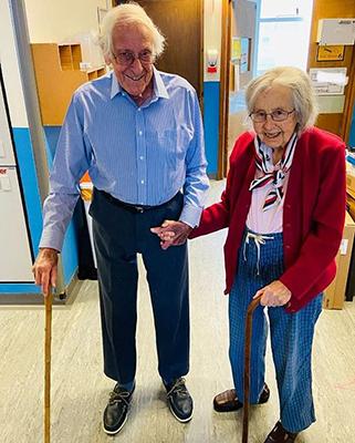 Ông Michael và bà Gillian, rời khỏi bệnh viện Hoàng gia Leicester, thành phố Leicester, hôm 17/7. Ảnh: BPM Media