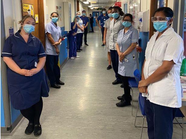 Các nhân viên bệnh viện Hoàng gia Leicester xếp hàng chào ông bà England hôm 17/7. Ảnh: BPM Media