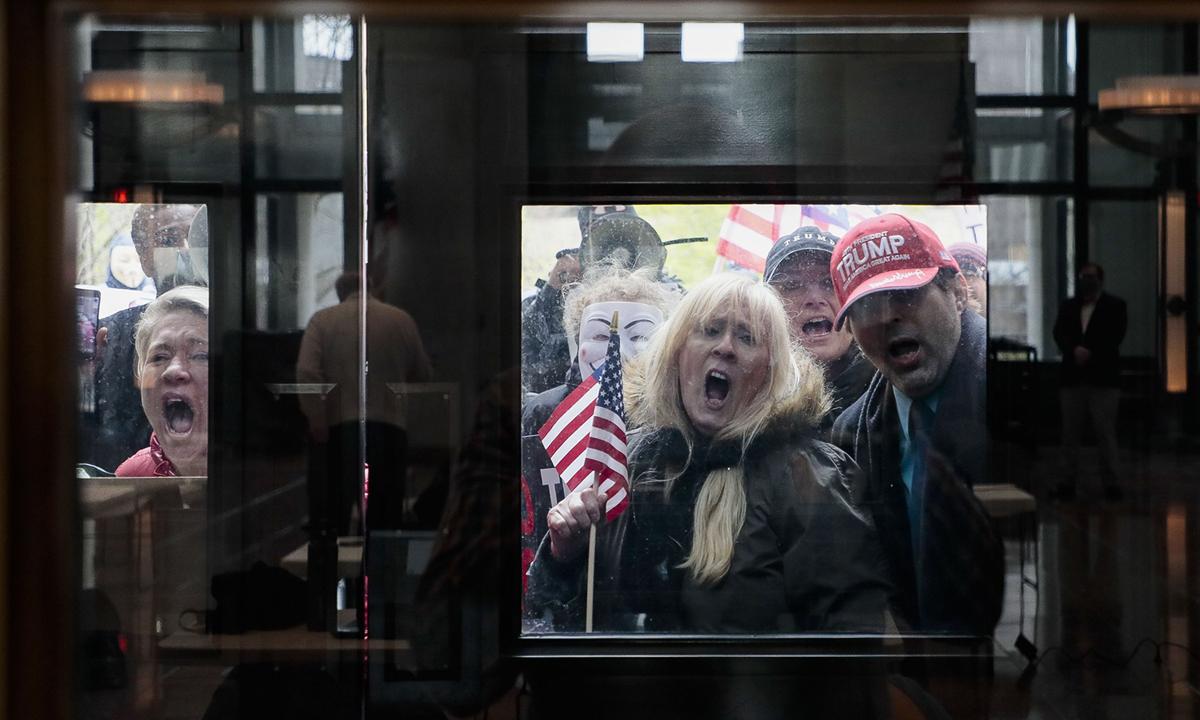 Người dân biểu tình phản đối lệnh cách ly ở nhà bên ngoài trụ sở bang Ohio, hôm 13/4. Ảnh: AP.