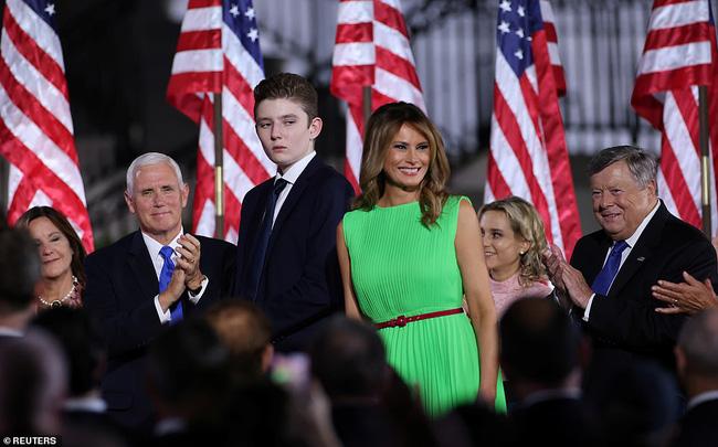 Hoàng tử Nhà Trắng xuất hiện nổi bật, điển trai nhưng lần này bị cháu trai 4 tuổi tranh giành spotlight - Ảnh 2.