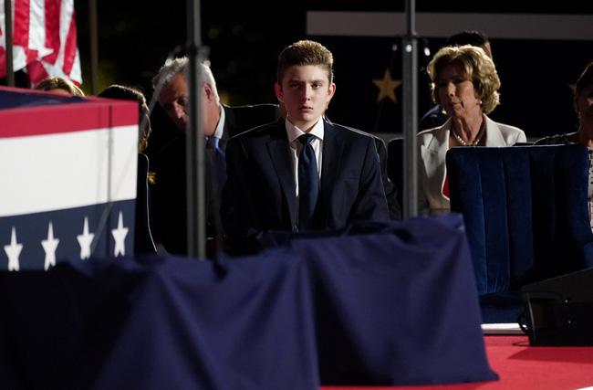 Hoàng tử Nhà Trắng xuất hiện nổi bật, điển trai nhưng lần này bị cháu trai 4 tuổi tranh giành spotlight - Ảnh 4.