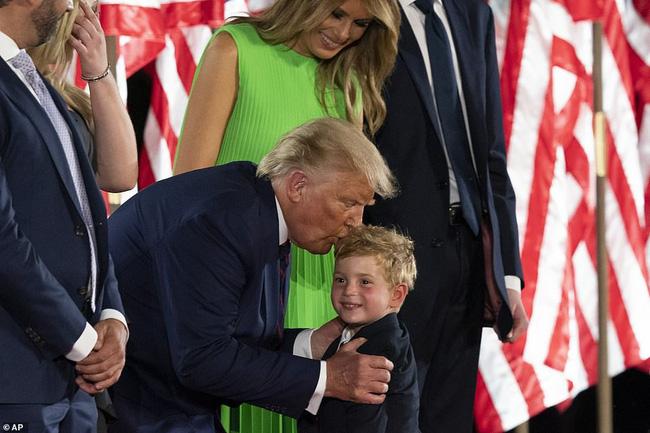 Hoàng tử Nhà Trắng xuất hiện nổi bật, điển trai nhưng lần này bị cháu trai 4 tuổi tranh giành spotlight - Ảnh 6.